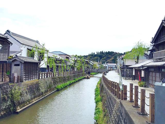左右に民家が立ち並ぶ水路