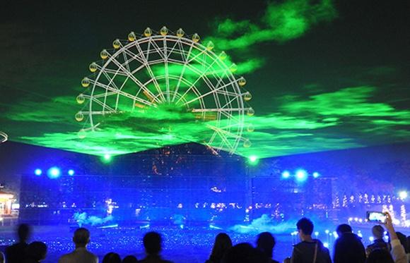 緑と青の光に包まれる観覧車